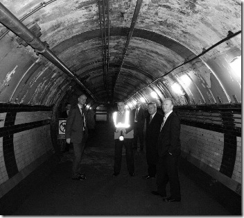 10. tourgroup in passageway